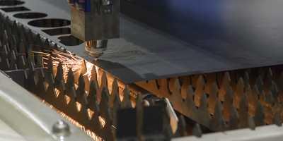 Laserbearbeitung für plattenförmige Werkstoffe und 3D-Teile