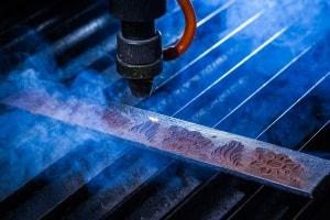 Lasergravieren von Ledergürteln für die Bekleidungsindustrie