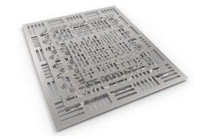 Plattenförmige Stahlbleche werden durch 2D-Laserschneiden bearbeitet